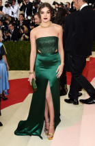 Hailee Steinfeld wore H&M to the Met Gala. (Image via Us Magazine)