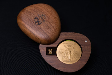 Some people mistook the medal packaging for a compact of makeup.